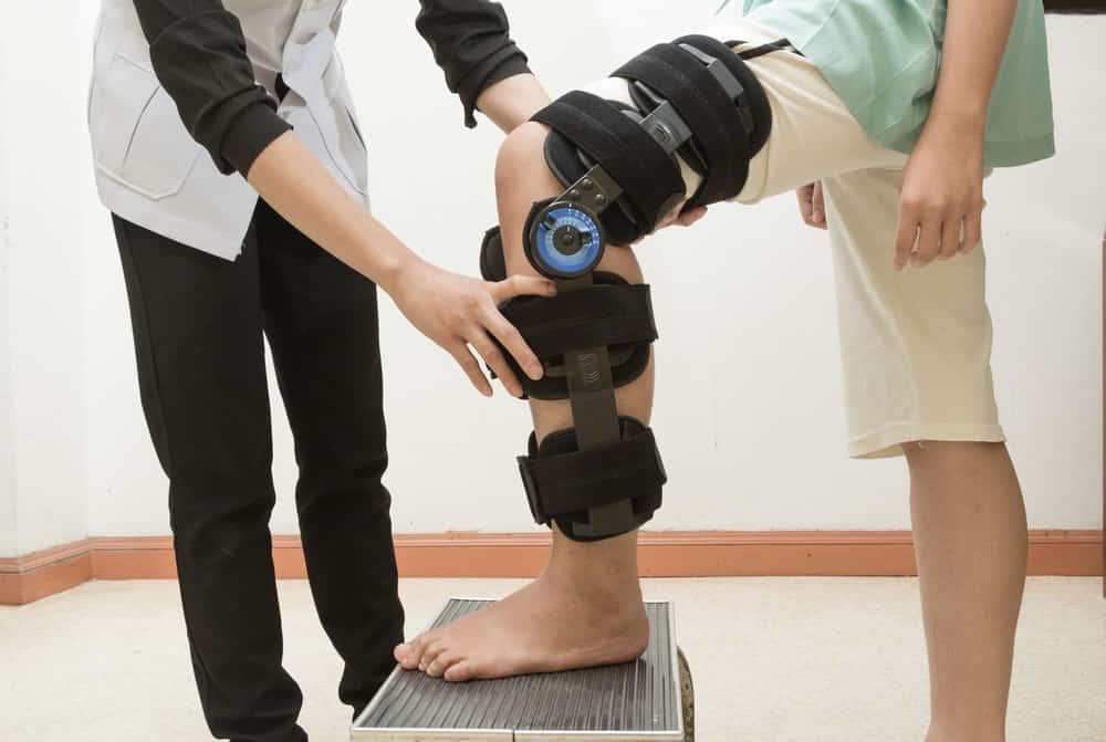 The doctor is monitoring the Best MCL Knee Brace.